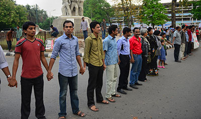 Bangladeshi bloggers form a human chain to protest against the detention of three bloggers at Dhaka University campus in Dhaka on April 2, 2013 (AFP)
