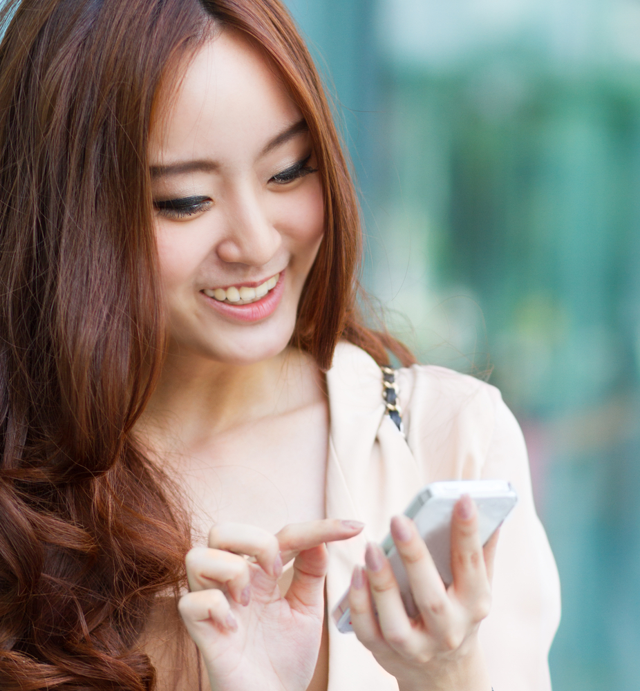 asian_girl_using_smartphone